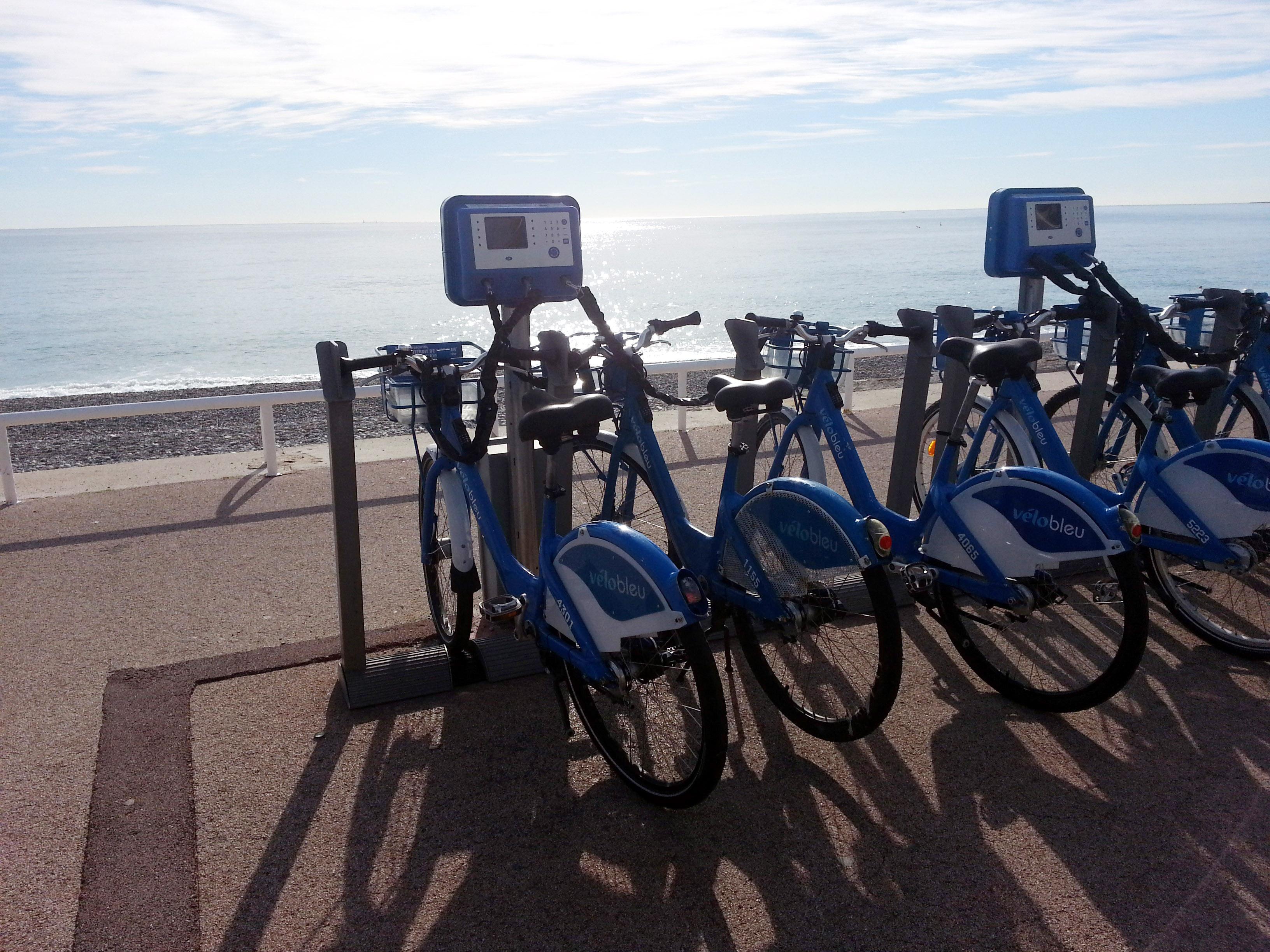 Face à la mer, les vélos bleus…